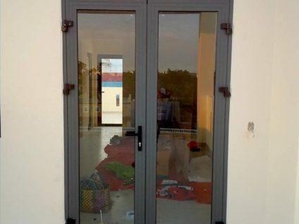 Khonggiandoor là đơn vị gia công lắp đặt cửa nhôm Xingfa 2 cánh màu xám