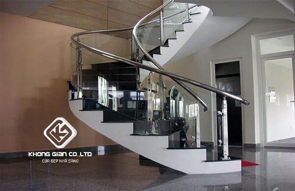 Cầu thang kính cong INOX