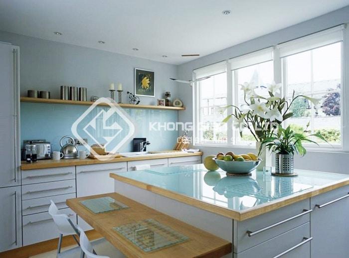 Có nên sử dụng Kính màu ốp bếp thay cho gạch men ốp tường bếp không?
