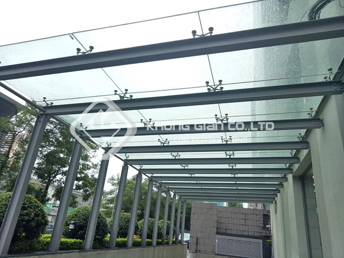 Mái kính cường lực được sử dụng rộng rãi trong các công trình xây dựng để che chắn mưa gió