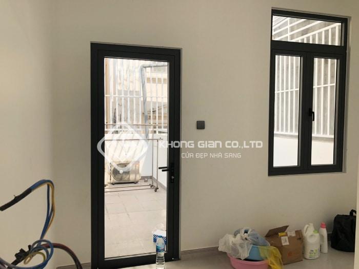 Khi mở các loại cửa cần nhiều không gian nhất, cửa đi mở quay một cánh hợp kim nhôm Xingfa có thể đáp ứng yêu cầu cao nhất.