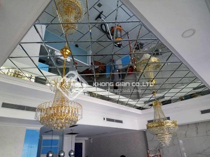 Cách trang trí trần nhà đầy sáng tạo với kính thủy