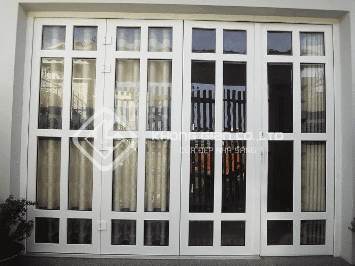 Cửa kính khung sắt với thiết kế ô vuông độc đáo