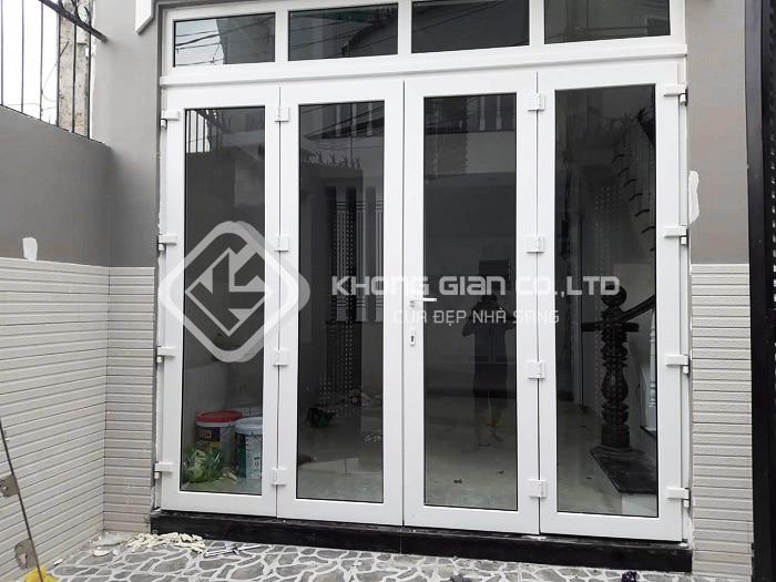 Cửa kính cường lực khung sắt có rất nhiều ưu điểm, thích hợp cho các ngôi nhà hiện đại