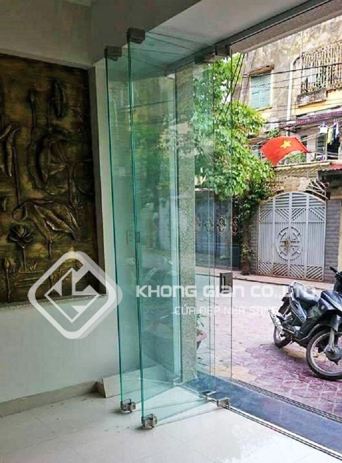 Cửa kính cường lực xếp trượt hay còn gọi là xếp Gấp hiện nay đang được sử dụng khá phổ biến ở thị trường Việt Nam