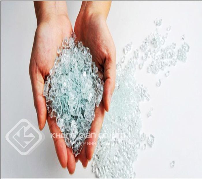 Kính cường lực vỡ thành những hạt lựu nhỏ và không có các cạnh sắc nhọn