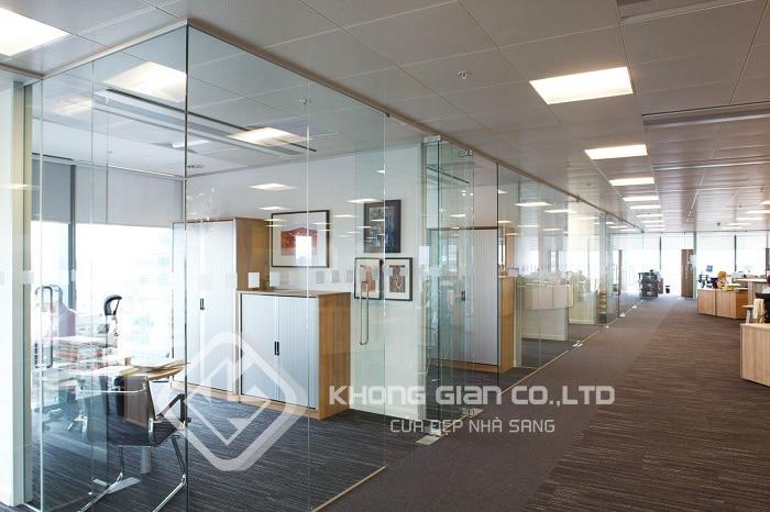 Cửa kính văn phòng giúp tạo nên không gian làm việc hiện đại và đầy thẩm mỹ