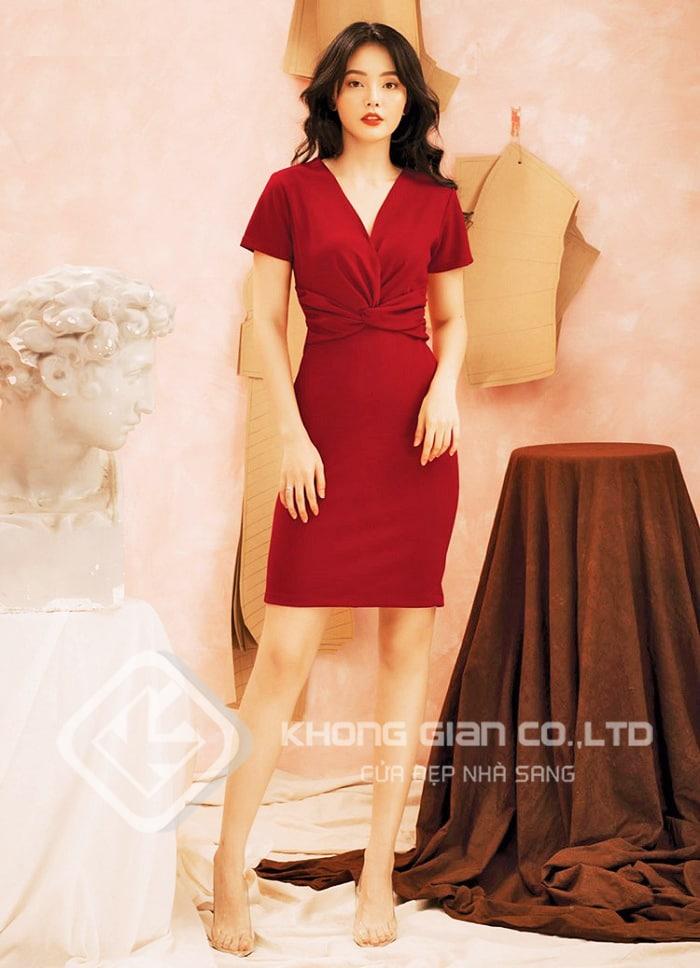 Đầm màu đỏ hợp mệnh hỏa giúp người nữ trông quyến rũ, bốc lửa hơn.
